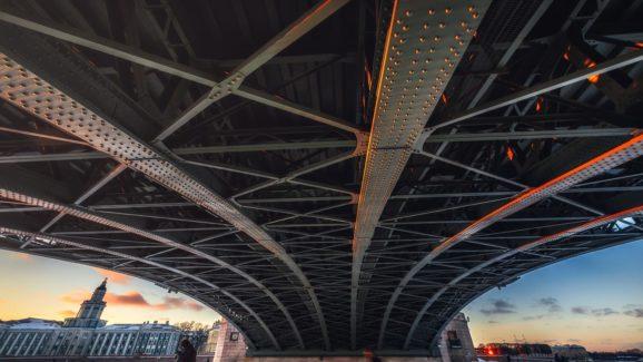 Фотопрогулка под Дворцовым мостом